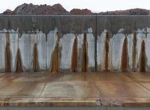 Konkrete graue Wand mit roten Flecken Stockfotografie
