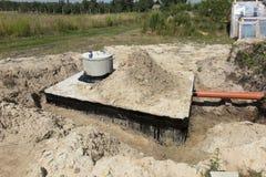 Konkrete Haussenkgrube oder Abwassertank Lizenzfreies Stockfoto