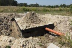 Konkrete Haussenkgrube oder Abwassertank Lizenzfreie Stockfotos
