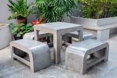 Konkrete Möbel im Freien eingestellt in kleinen Garten Lizenzfreies Stockbild