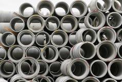 Konkrete runde Rohre gestapelt Stockfotografie