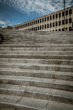 Konkrete Schritte, die zu einem alten konkreten Gebäude führen lizenzfreie stockfotografie