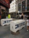 Konkrete Schutzeinrichtung NYPD, Times Square, NYC, USA Lizenzfreie Stockfotografie