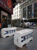 Konkrete Schutzeinrichtung NYPD, Times Square, NYC, USA Lizenzfreie Stockbilder
