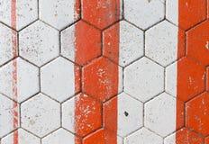 Konkrete sechseckige Bodenfliese mit den roten und weißen Streifen für BAC Lizenzfreie Stockbilder