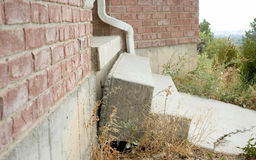 Konkrete Treppe, die weg von dem Haus passend zu Erddem vereinbaren fällt Stockbild