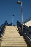 Konkrete Treppe mit blauem Geländer und zwei Lampen stockfotografie