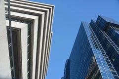 Konkrete und Glasgebäude stockbilder