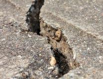 Konkrete Zementwand des Schmutzes mit Sprung im Industriegebäude Lizenzfreie Stockfotos