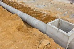 Konkreter Entwässerungsbehälter auf Baustelle Stockfotos