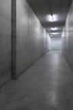 Konkreter Korridor im Gebäude stockbild