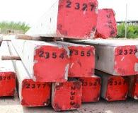 Konkreter Pfostenstapel auf Baustelle Stockfoto
