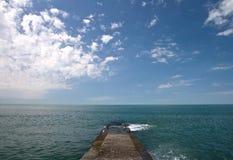 Konkreter Pier auf Meer-Küste Stockfotografie