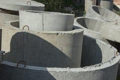 Konkreter Ring quillt mit unterschiedlichen Durchmessern und Lüge im stre hervor Stockfotografie