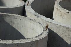 Konkreter Ring quillt mit unterschiedlichen Durchmessern und Lüge im stre hervor Lizenzfreie Stockbilder