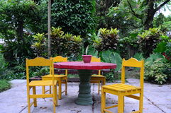 Konkreter Rundtisch mit vier Holzstühle ` Stockfotos