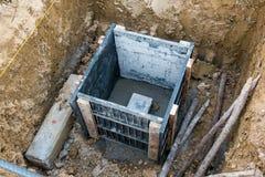Konkreter Stapel im Verschalungsrahmen für errichtenden Hausbau Stockfoto