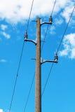 Konkreter Stromposten auf Hintergrund des blauen Himmels Stockbild