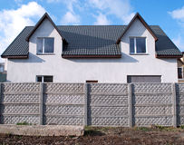 Konkreter Zaun und das Haus Stockfotos