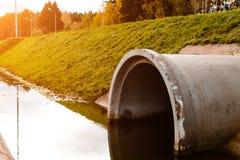 Konkretes Abzugskanalgussfehlerentleerungs-Abwasserwasser in den Strahlen Stockbild