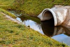 Konkretes Abzugskanalgussfehlerentleerungs-Abwasserwasser environ Lizenzfreies Stockbild