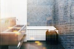 Konkretes Badezimmer, mit Ziegeln gedeckte Wanne und Wanne getont Stockfoto