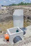Konkretes Entwässerungseinsteigeloch ist auf Baustelle unfertig Stockfotografie