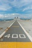 Konkretes Kampfflugzeug lassen Weise eines Flugzeugträgers laufen Stockfotos