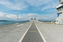 Konkretes Kampfflugzeug lassen Weise eines Flugzeugträgers laufen Lizenzfreies Stockfoto