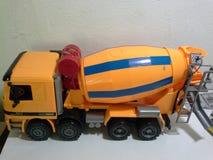 Konkretes LKW-Spielzeug stockbilder