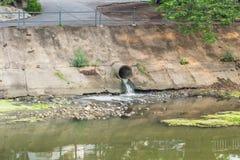 Konkretes schmutziges Abwasser des AbwasserkanalAbflussrohrs Stockfotos