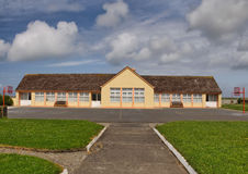 Konkretes Steinschulehaus in landwirtschaftlichem Lizenzfreie Stockbilder