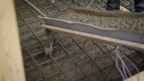 Konkretes studierend zum Armaturnbau gesetzt auf Boden auf Baustelle stock footage