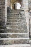 Konkretes Treppenhaus des Eingangs einer alten spanischen Kirche lizenzfreies stockbild