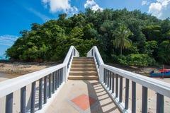 Konkretes Treppenhaus durch das Meer Stockbilder