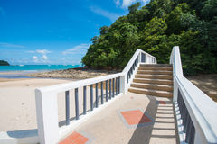 Konkretes Treppenhaus durch das Meer Stockfotos