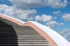 Konkretes Treppenhaus gegen den blauen Himmel und die Wolken stockfoto