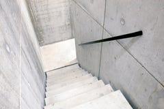 Konkretes Treppenhaus und Treppe, die unten führt Stockfoto