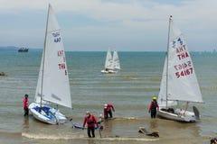 Konkurenci ustawiający żeglują ich łodzie Zdjęcie Royalty Free