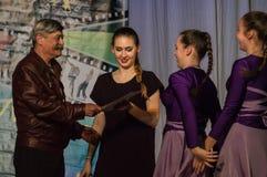 Konkurrens av den koreografiska kollektivdansen av liv i staden av Kondrovo av den Kaluga regionen i Ryssland i 2016 Arkivfoto