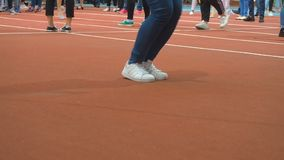 Konkurrens för banhoppningrep Fot av ett personbanhoppningrep i idrottshallslutet upp En kvinna i sportskor hoppar repet lager videofilmer