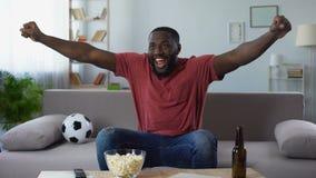 konkurrens för sportar för Afro--amerikan man hållande ögonen på, lycklig fan som skriker victoriously stock video