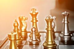 Konkurrens i affär, schackstycken och ljust begreppsfoto w Arkivfoto