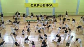 Konkurrens i capoeira bland barn och tonåringar arkivfilmer