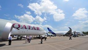 Konkurrens mellan Boeing 787-8 Dreamliner och flygbuss A350-900 XWB på Singapore Airshow Arkivbild