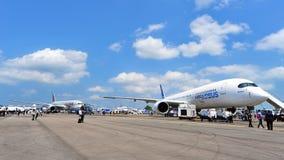 Konkurrens mellan Boeing 787-8 Dreamliner och flygbuss A350-900 XWB på Singapore Airshow Royaltyfri Bild