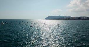 Konkurrens på små yachter seglar under på Blacket Sea i Novorossiysk lager videofilmer