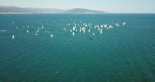 Konkurrens på små yachter seglar under på Blacket Sea i Novorossiysk arkivfilmer