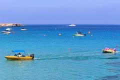 konkurrensar som dyker pölsportar som simmar vatten Royaltyfria Foton