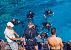 konkurrensar som dyker pölsportar som simmar vatten Gruppdykningutbildning Royaltyfri Fotografi
